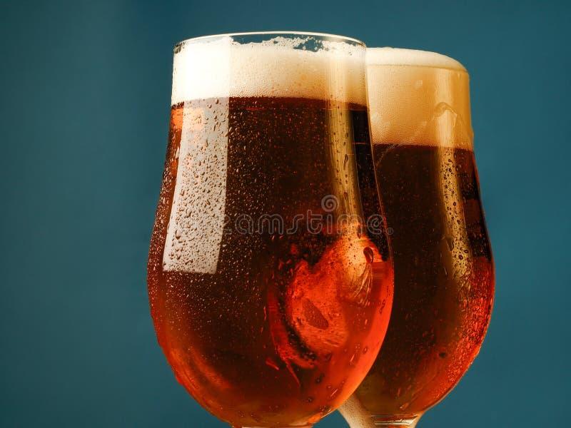 Due vetri con una birra leggera immagine stock