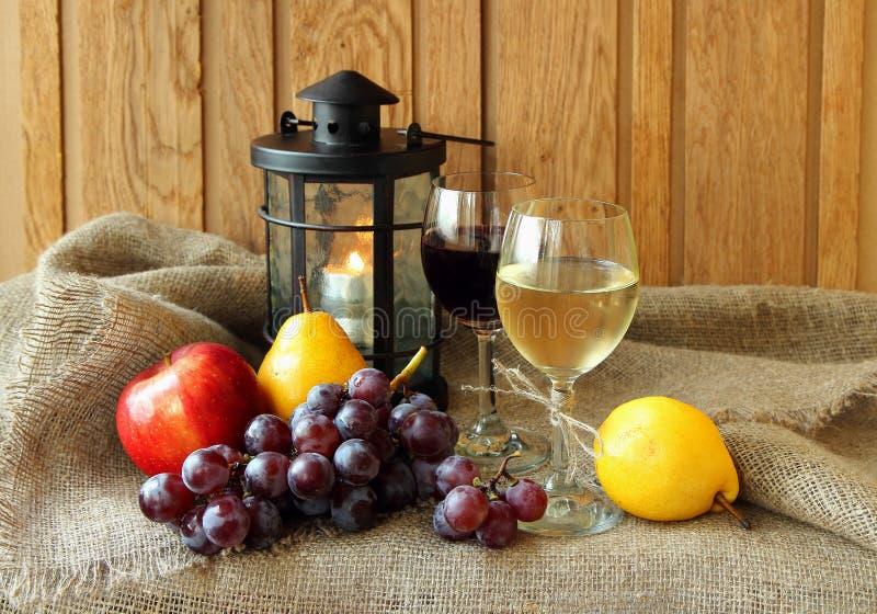 Due vetri con vino immagine stock