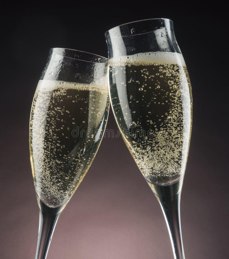 Due vetri del champagne contro le luci intense fotografie stock