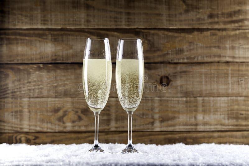 Due vetri del champagne su neve immagini stock libere da diritti