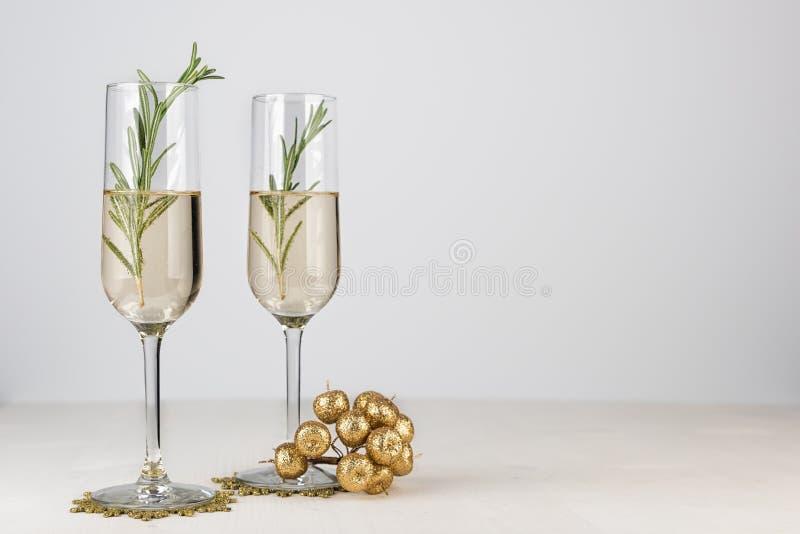 Due vetri del champagne sul fondo leggero del bokeh fotografia stock libera da diritti