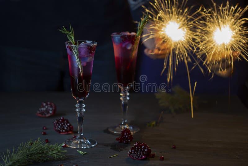 Due vetri del cocktail con il succo ed il champagne del melograno immagini stock libere da diritti