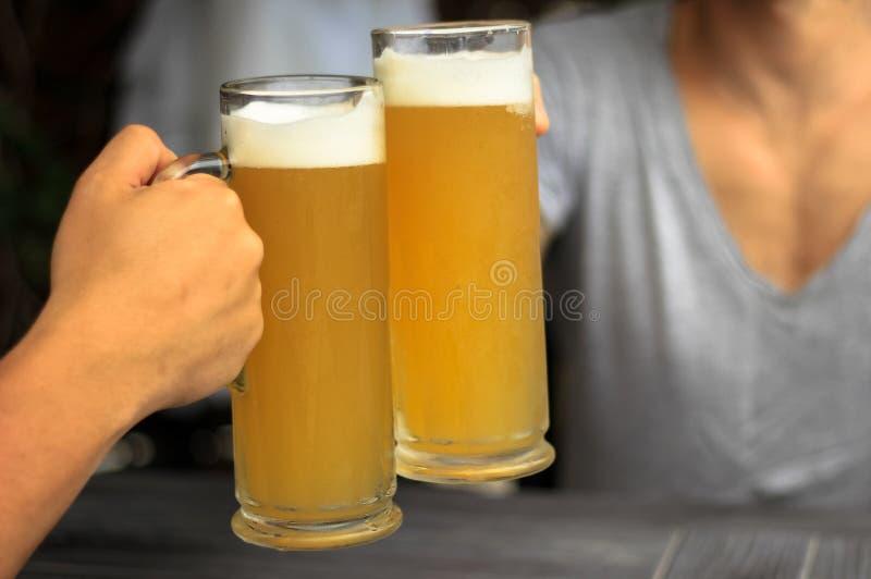 Due vetri di birra immagini stock