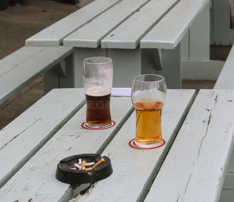 Due vetri di birra su una tavola all'aperto fotografia stock libera da diritti
