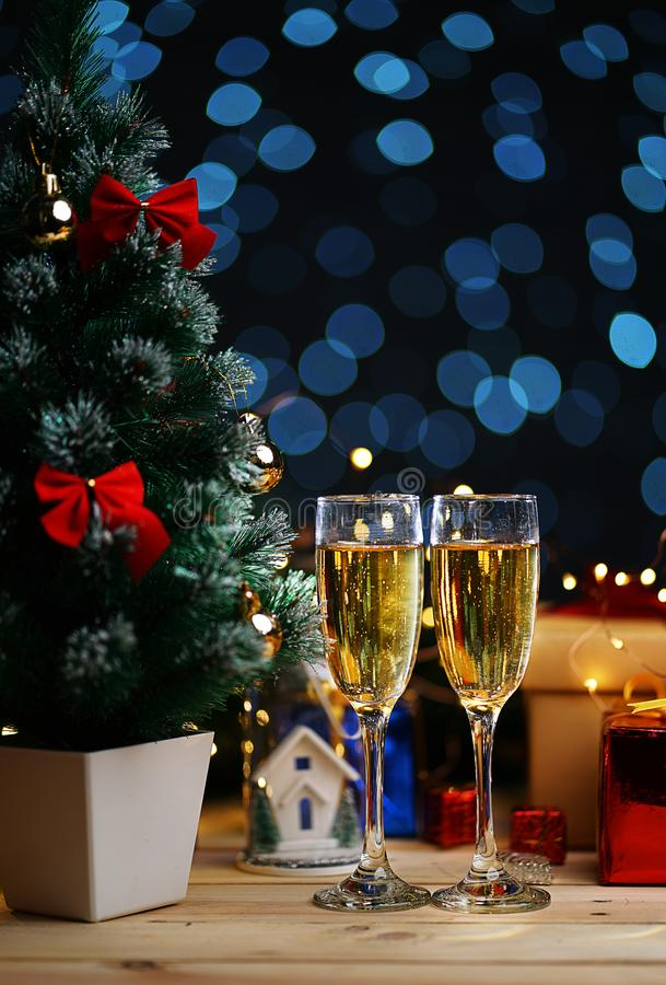 Due vetri di Champagne Beside Christmas Tree fotografie stock