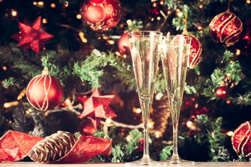 Due vetri di champagne con il fondo dell'albero di Natale festa fotografia stock