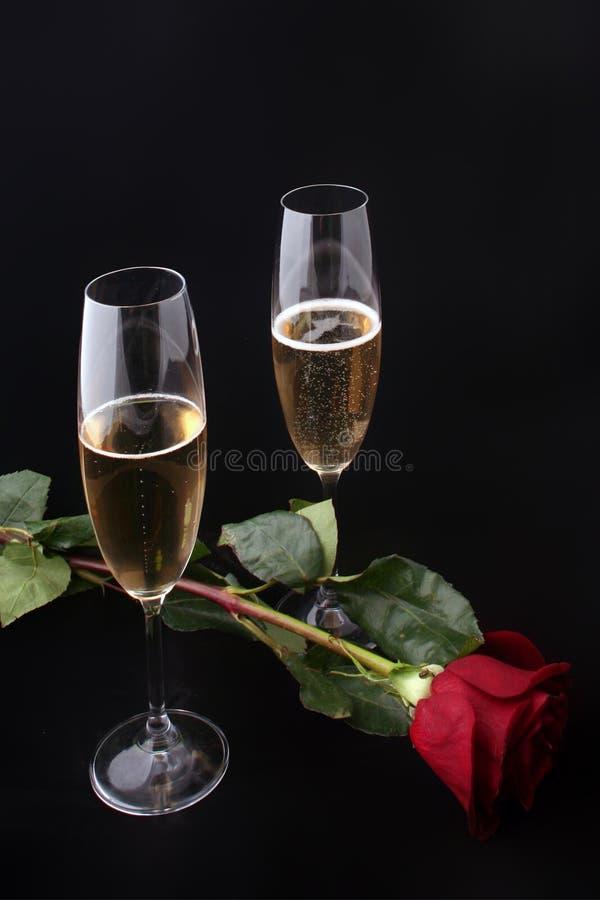 Due vetri di champagne con sono aumentato immagine stock