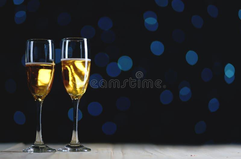 Due vetri di Champagne Dark Glow Lights Background Copi lo spazio immagini stock libere da diritti