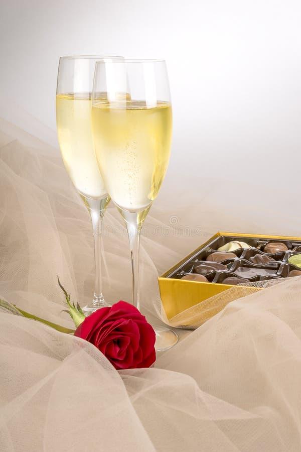 Due vetri di Champagne, di singola rosa rossa e del cioccolato #4 di una scatola immagini stock