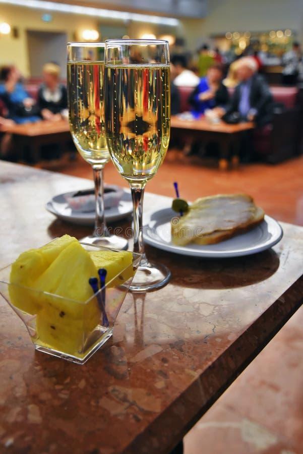 Due vetri di champagne e di alimento Ancora vita 1 fotografia stock libera da diritti