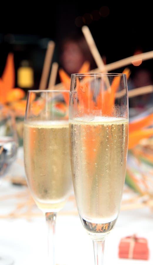 Due vetri di Champagne hanno riempito di alcool immagine stock