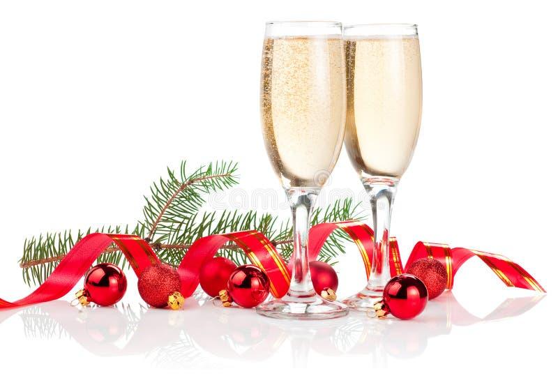 Due vetri di Champagne, nastro rosso, sfere immagine stock