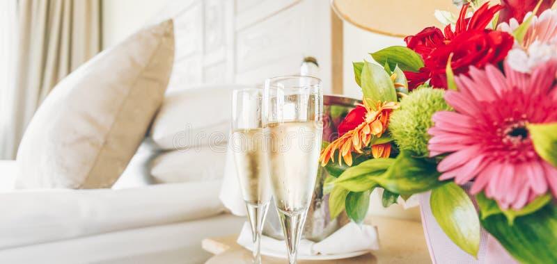 Due vetri di champagne nella camera di albergo dell'alta società Datazione, Roma immagine stock libera da diritti