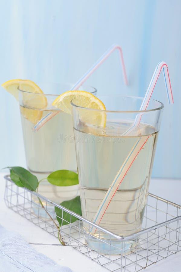Due vetri di limonata fredda fresca con le fette del limone immagini stock libere da diritti