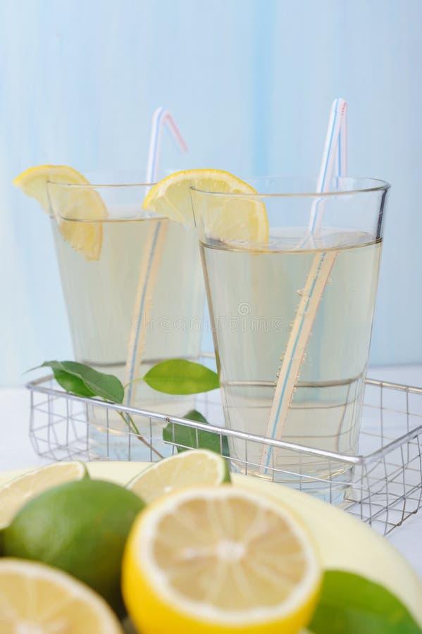 Due vetri di limonata fredda fresca con le fette del limone fotografia stock libera da diritti