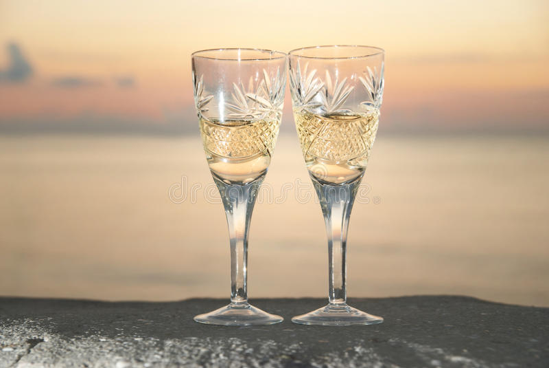 Due vetri di nozze con champagne fotografie stock libere da diritti