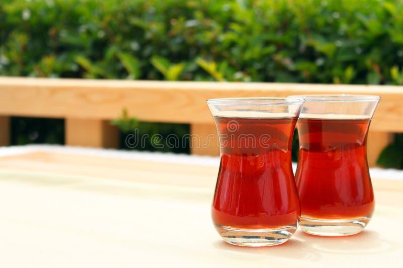 Due vetri di t? turco in tazza tradizionale sulla tavola di legno Copi lo spazio, ora del the di pomeriggio fotografia stock