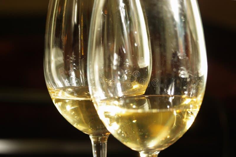 Due vetri di vino bianco fotografie stock libere da diritti