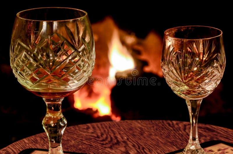 Due vetri di vino di cristallo su una tavola di legno disposta davanti alla a immagini stock libere da diritti