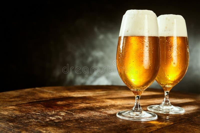 Due vetri pieni di birra sulla tavola fotografia stock libera da diritti