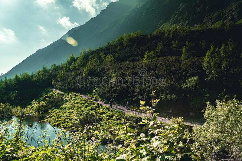Due viandanti in alte montagne di Tatras durante l'alba fotografie stock