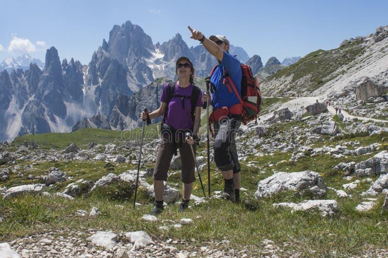 Due viandanti nelle montagne fotografie stock libere da diritti