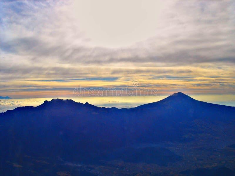 Due vulcani immagine stock