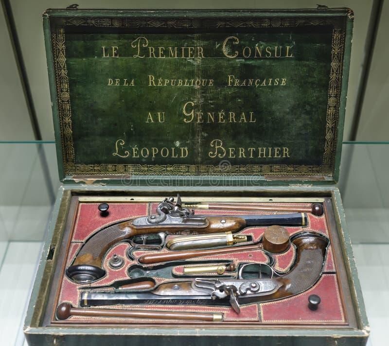 Duelingspistolen met vuursteen worden geplaatst die De Algemene Ligplaats van huidige Napoleon stock afbeelding