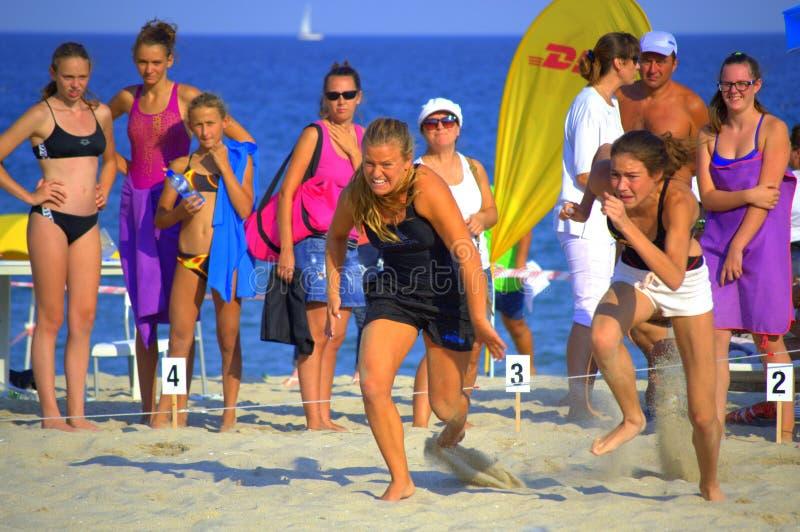 Duelo de la playa de las muchachas de los corredores imagenes de archivo