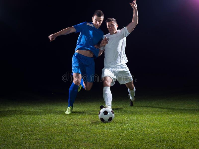 Duelo de los jugadores de fútbol fotos de archivo libres de regalías