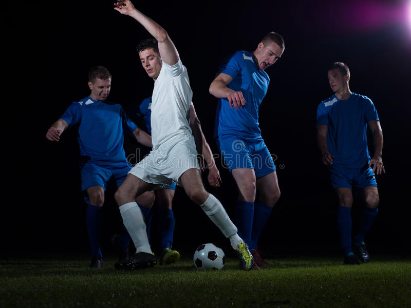 Duelo de los jugadores de fútbol fotografía de archivo libre de regalías
