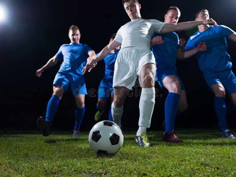 Duelo de los jugadores de fútbol fotos de archivo