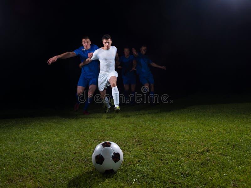 Duelo de los jugadores de fútbol foto de archivo