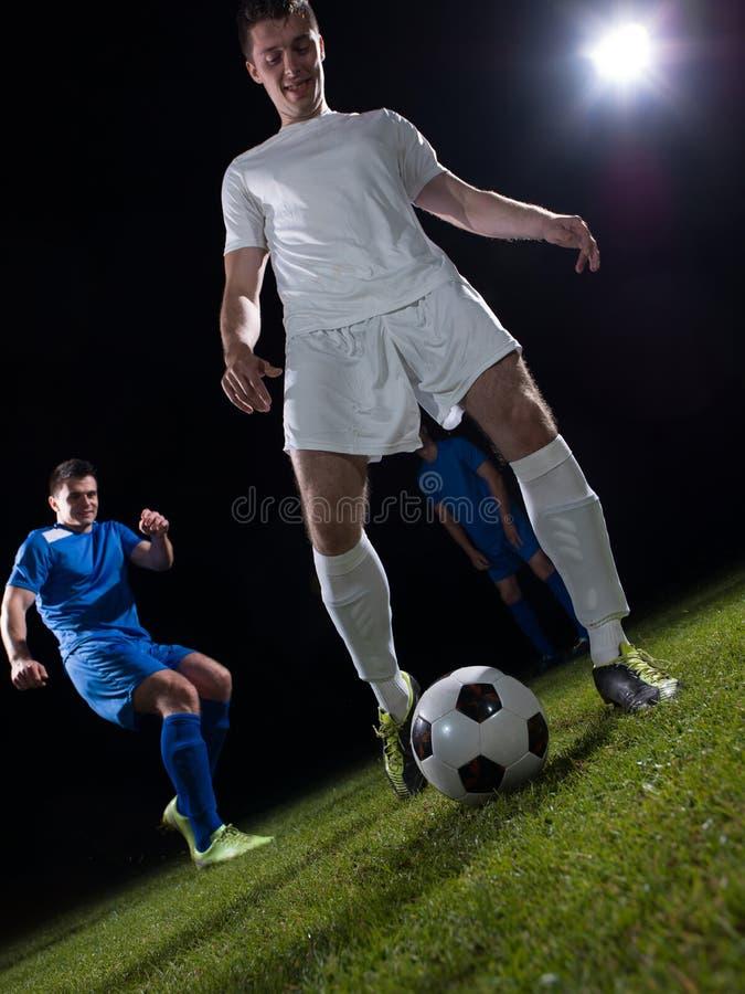 Duelo de los jugadores de fútbol fotografía de archivo