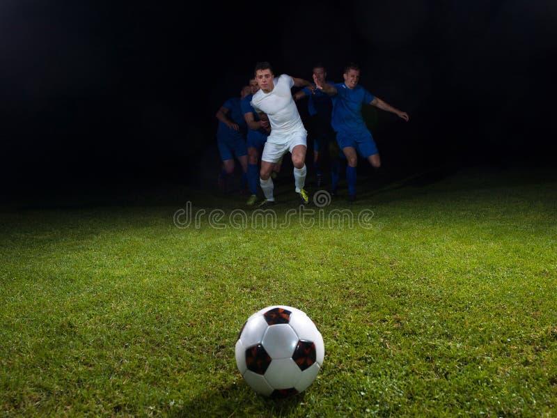 Duelo de los jugadores de fútbol imágenes de archivo libres de regalías