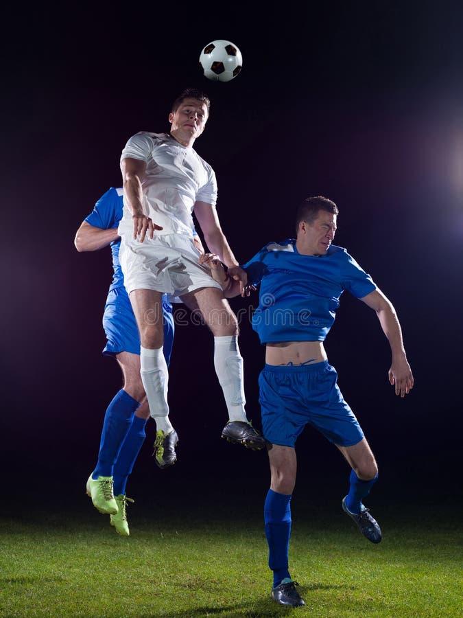 Duelo de los jugadores de fútbol foto de archivo libre de regalías