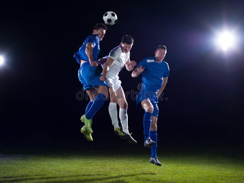 Duelo de los jugadores de fútbol imagen de archivo libre de regalías