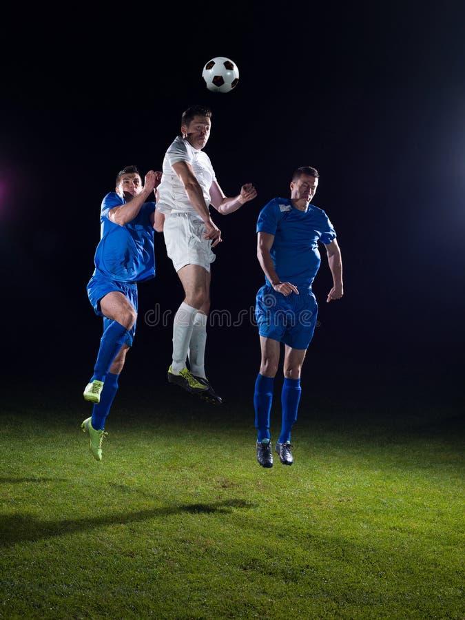 Duelo de los jugadores de fútbol imagen de archivo