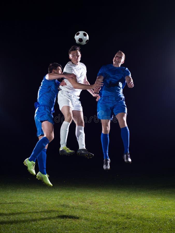 Duelo de los jugadores de fútbol imagenes de archivo