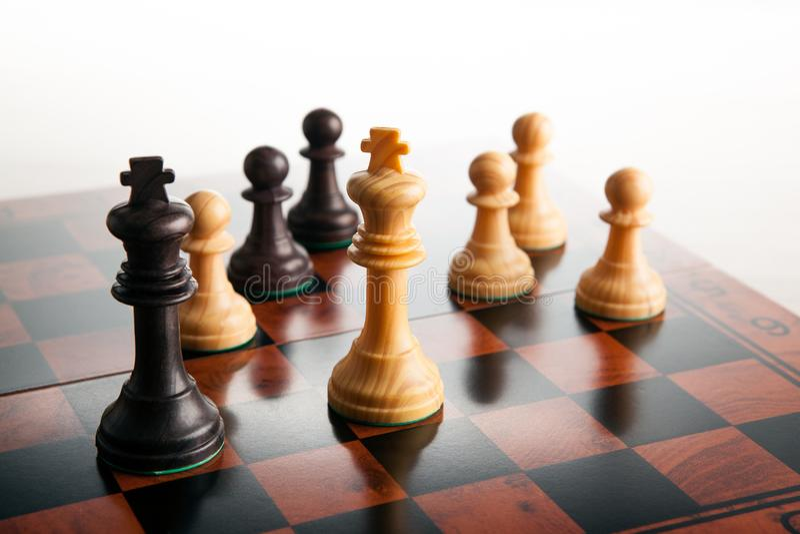 Duelo del ajedrez de dos reyes y empeños en un tablero de ajedrez en un CCB blanco fotos de archivo libres de regalías