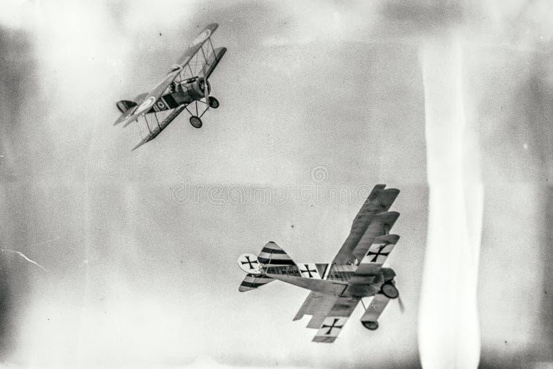 Duelo entre el biplano y el triplano imagenes de archivo