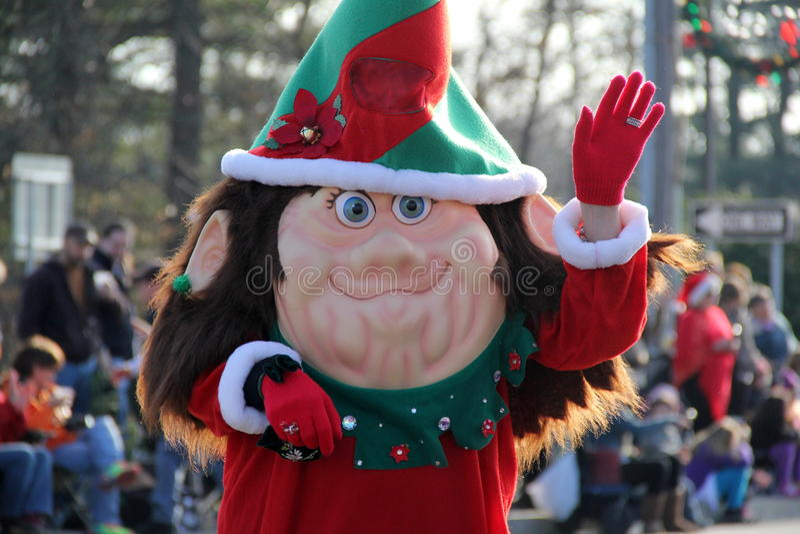 Duende adorable que camina a través de las muchedumbres, hola que agita, desfile de las vacaciones, Glens Falls, Nueva York, 2014 imagen de archivo libre de regalías