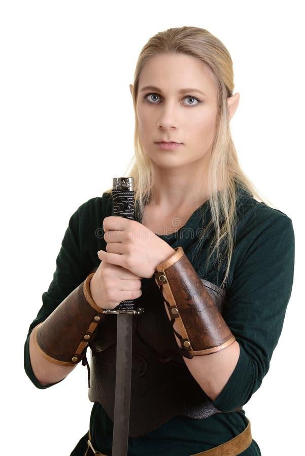 Duende de madera femenino aislado con la espada foto de archivo
