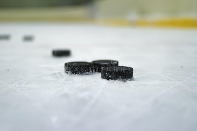 Duende malicioso de hockey en el hielo fotos de archivo libres de regalías
