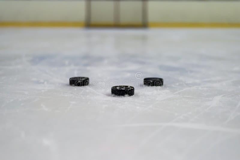 Duende malicioso de hockey en el hielo fotos de archivo