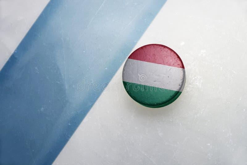 Duende malicioso de hockey viejo con la bandera nacional de Hungría fotos de archivo libres de regalías