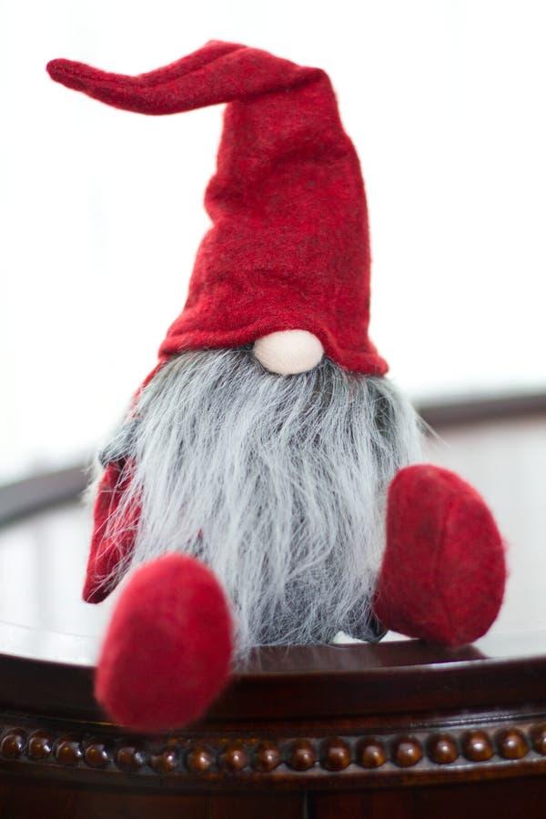 Duende vermelho bonito de Santa do Natal fotografia de stock royalty free