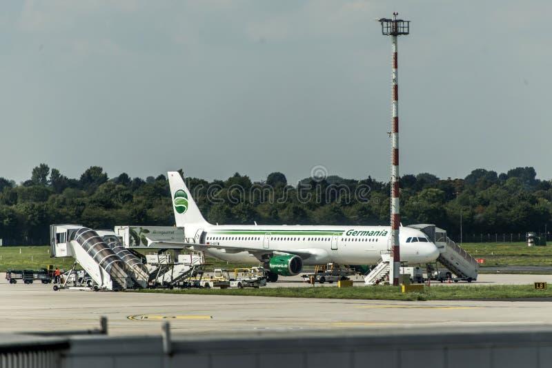 DUESSELDORF ГЕРМАНИЯ - автостоянка аэробуса A321-211 сентября 2017 Germania на немецком будучи нагружанным авиапорте стоковая фотография rf