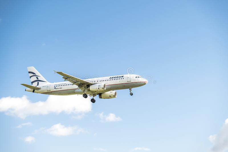 Duesseldorf, Alemanha - 5 de outubro de 2017: Aterrissagem de Airbus A320 do ar de Aegan no aeroporto de Dusseldorf imagem de stock royalty free