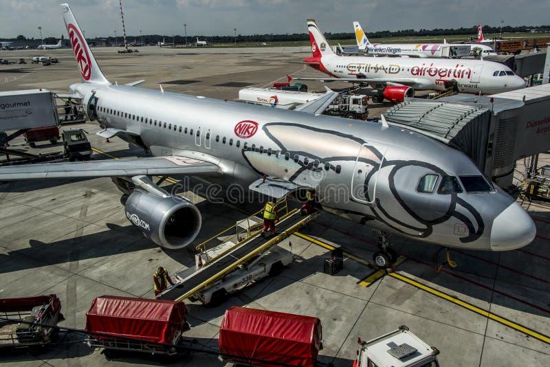 Download DUESSELDORF, ALEMANIA - 03 09 2017 Aviones De Niki Airlines Airberlin Partner En El Aeropuerto Imagen editorial - Imagen de europa, plano: 100534955